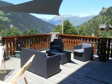 Terrasse ensoleillée avec vu sur les montagnes