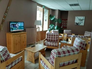 Salon avec téléviseur